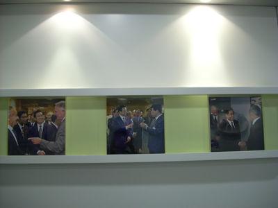 intel公司大厅展示着胡主席访问intel的照片